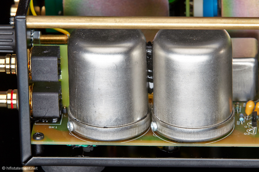 Die MC-Eingangsübertrager sind geschirmt, möglicherweise mit MU-Metall. Dies ist so natürlich nicht erkennbar