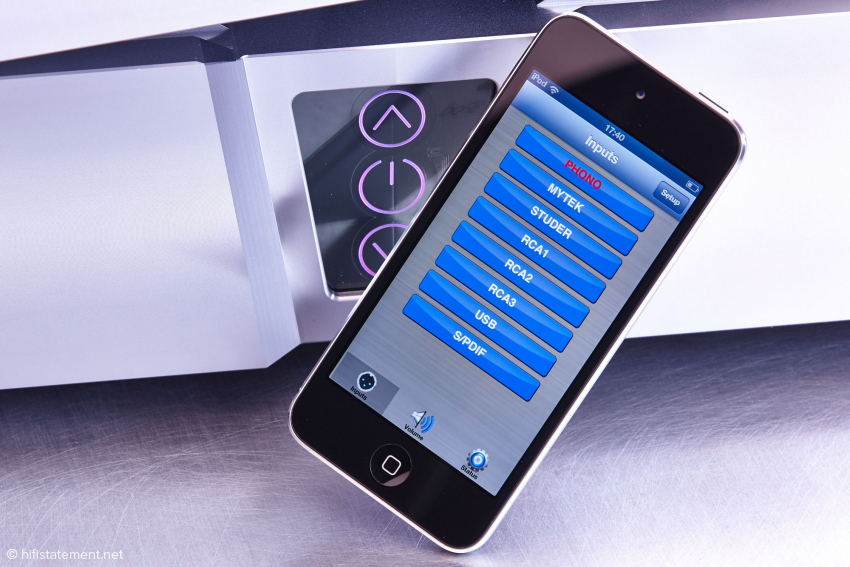 Mit dem iPod touch als Fernbedienung lassen sich die Eingänge benennen und auswählen