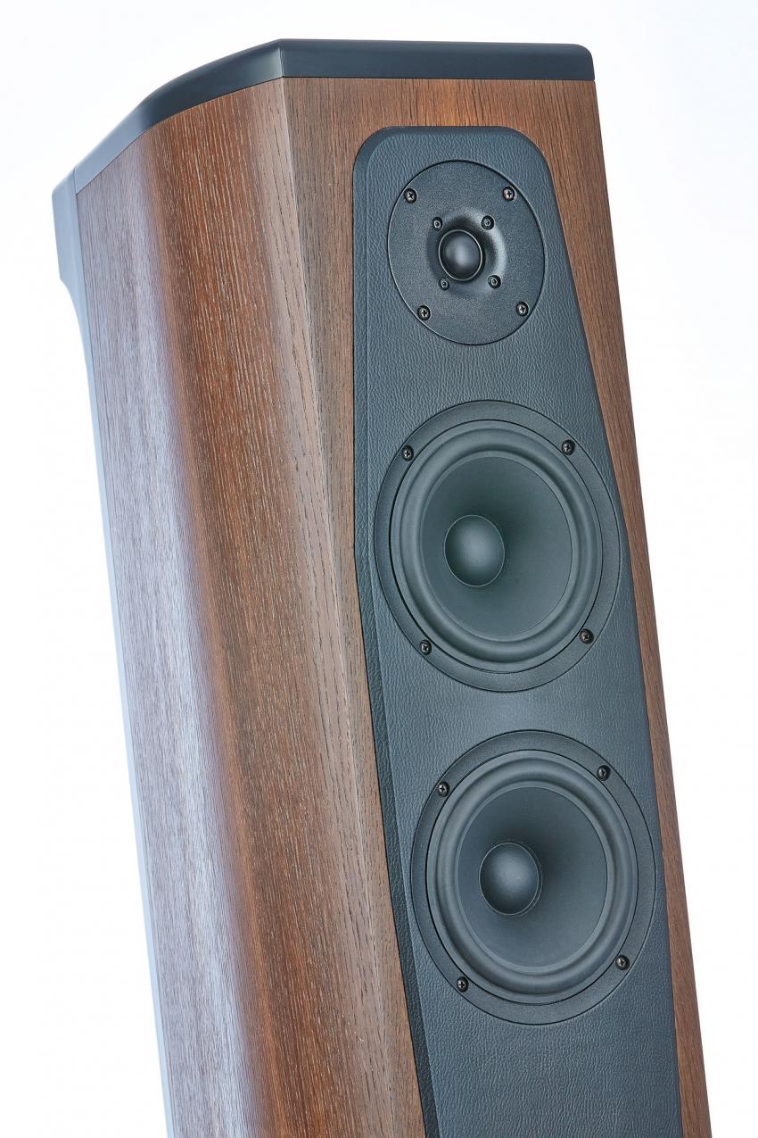 Die Seas Seidenkalotte arbeitet oberhalb 2450 Hertz, darunter die zwei 17er von SB Acoustics. Oben und hinten erkennt man wieder den schwarz lackierten Rahmen des eigentlichen Klangkörpers