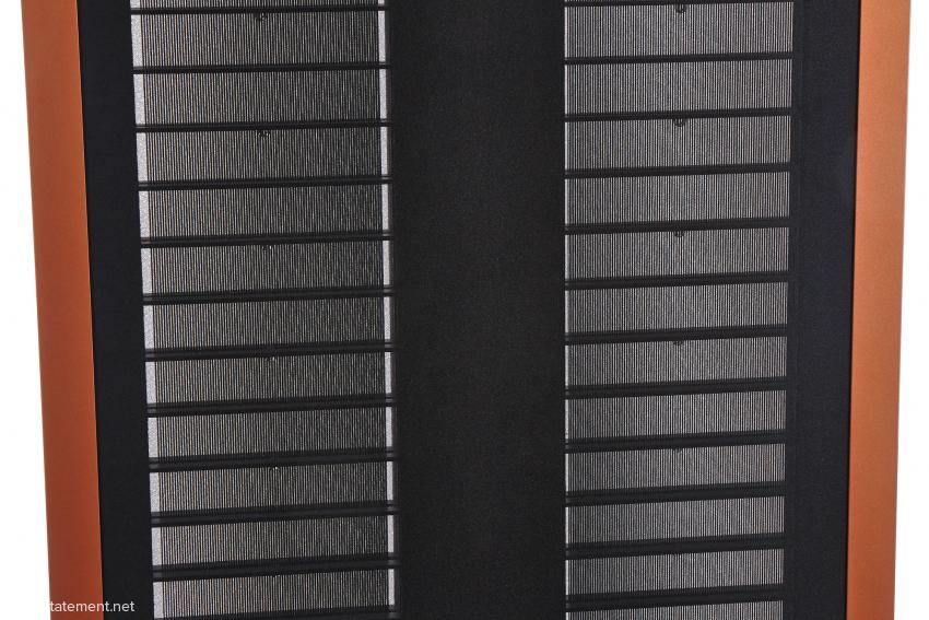 Zwei gleiche elektrostatische Folien hinter dem akustisch und Licht durchlässigen Stoff haben sehr unterschiedliche Funktionen