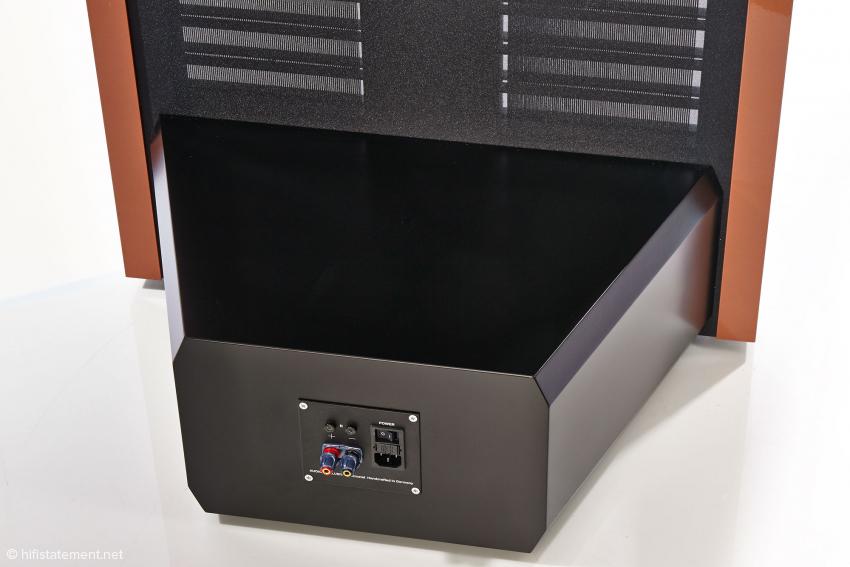 Von vorn nicht zu sehen, aber fest und stabilisierend mit dem Lautsprecher-Rahmen verbunden ist das Gehäuse mit den gewichtigen elektronischen Elementen zur Spannungsversorgung, wie Elektrostaten sie stets benötigen. Darin enthalten sind auch spezielle Audio-Exklusiv-Schaltungen