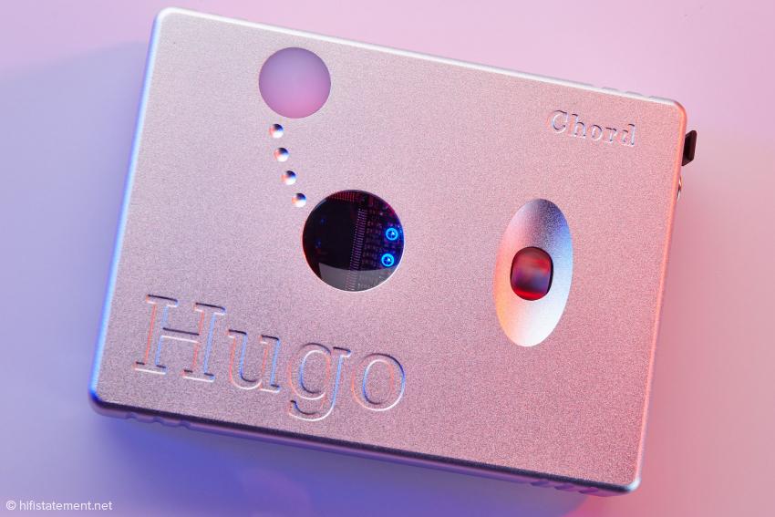 Das Gehäuse des Hugo ist aus einem Stück Aluminium gefräst. Die Farbe des Kreises oberhalb des Fensters signalisiert die Frequenz, mit der der Wandler aktuell arbeitet