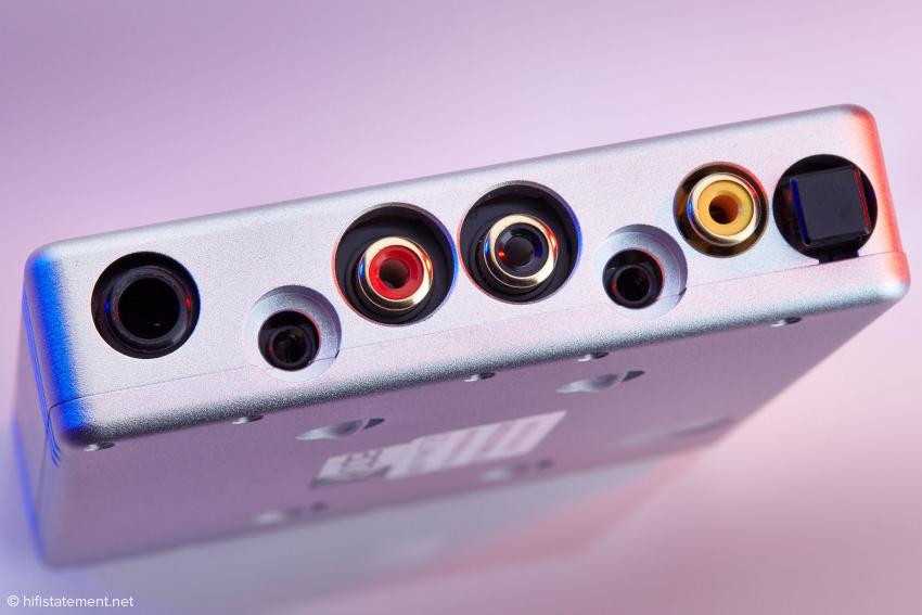 Die Cinch-Ausgänge akzeptieren nur mäßig dicke Stecker. Die beiden 3,5-Millimeter-Kopfhörerbuchsen sind versenkt montiert und erfordern gerade Stecker