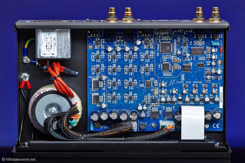 Sauberer Strom: Vor dem Ringkerntrafo liegt ein Netzfilter