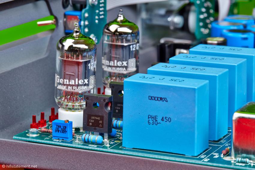 """Die großen, blauen Blöcke sind Kondensatoren, hier von der Firma RIFA. Diese können manchen """"audiophilen"""" Kondensator das Fürchten lernen. Der MosFet links daneben und die 12AT7 russischer Bauart bilden zusammen die Hybridausgangsstufe"""