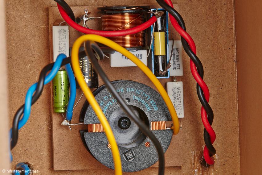 Die frei verdrahtete Frequenzweiche besteht aus hochwertigen Komponenten und ist in einer eigenen Kammer untergebracht