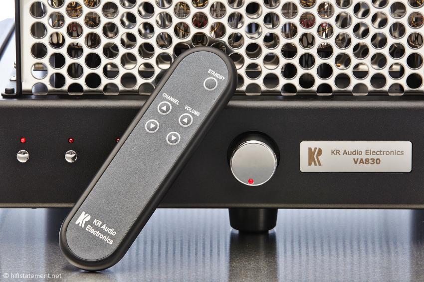 """Damit einem der Umstieg von der Fernsehfernbedienung zum Hifi-Gerät nicht allzu schwer fällt, wird der Eingangswahlschalter hier """"Channel"""" genannt. Zudem lässt sich noch die Lautstärke regeln und der Verstärker auf Standby schalten"""