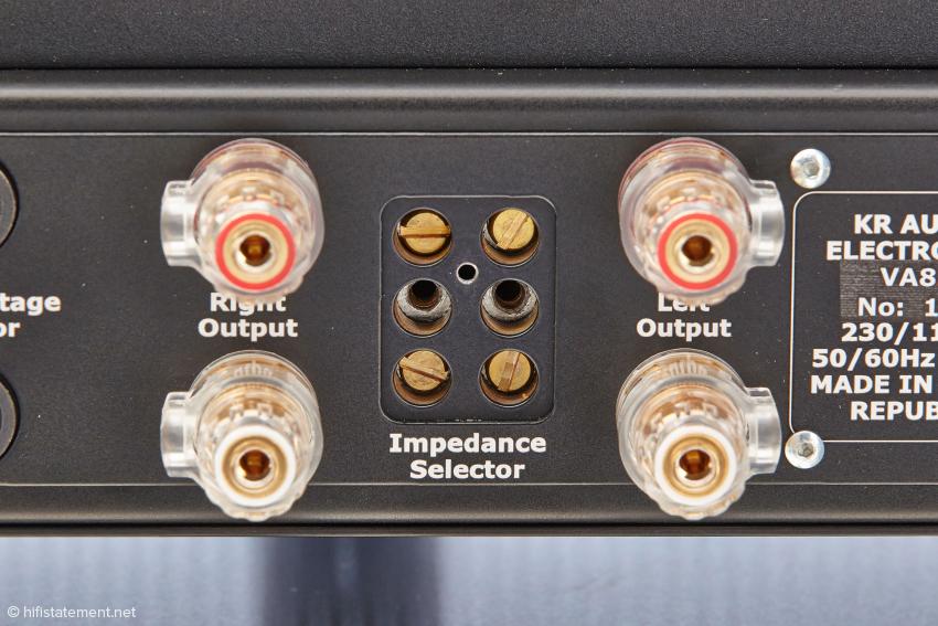 Ungewöhnlich: die Anpassung an die Impedanz des Lautsprechers wird über die Position der Schlitzschrauben definiert. Vier oder acht Ohm sind einstellbar. Wie das geht, ist in der Bedienungsanleitung genau beschrieben