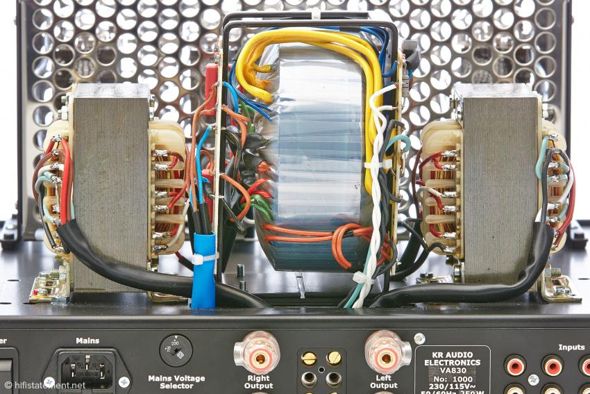Unter der großen Trafohaube lastet das Hauptgewicht des Verstärkers. Die Transformatoren stammen ebenfalls aus eigener Produktion. Hier würde ich mir allerdings eine mechanische Entkopplung der Trafos vom Chassis wünschen