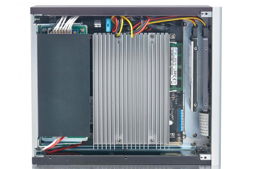 Zur Kühlung der CPU ist ein riesiger Kühlkörper eingebaut, damit kann der X100S ohne Lüfter betrieben werden