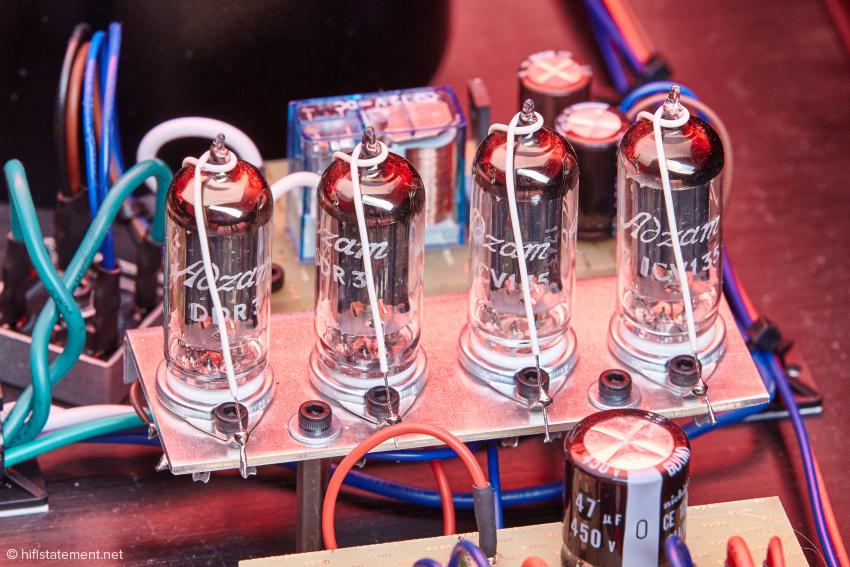 Die Gleichrichtung der Anodenspannung übernehmen vier CV 135 Miniaturgleichrichterröhren, hier als full wave bridg geschaltet