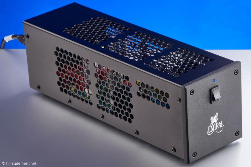 Der Emiral Audio Phono Preamp lässt sich dank seiner Proportionen auch dort positionieren, wo andere Geräte nicht unterzubringen sind. Sein aus thermischen Gründe gelochtes Gehäuse erlaubt den Blick ins Innere