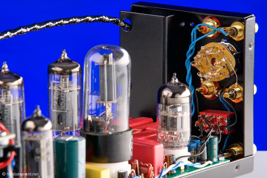 Die große Röhre im Vordergrund und die ECC 88 zwischen den roten Wima Kondensatoren sorgen für die RIAA Entzerrung. Auffällig und einzigartig ist der Umschalter in der Rückwand des Emiral. Ich kenne kein anderes Gerät auf dem Weltmarkt, dass für Phono MM sechs verschiedene Abschluss-Impedanzen zur Wahl anbietet