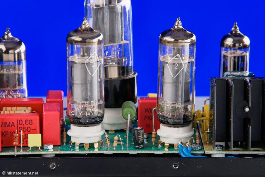 Die beiden 6P1P-EB übernehmen die lineare Verstärkung. Mit ihrer Leistung schafft der Emiral 72 Dezibel