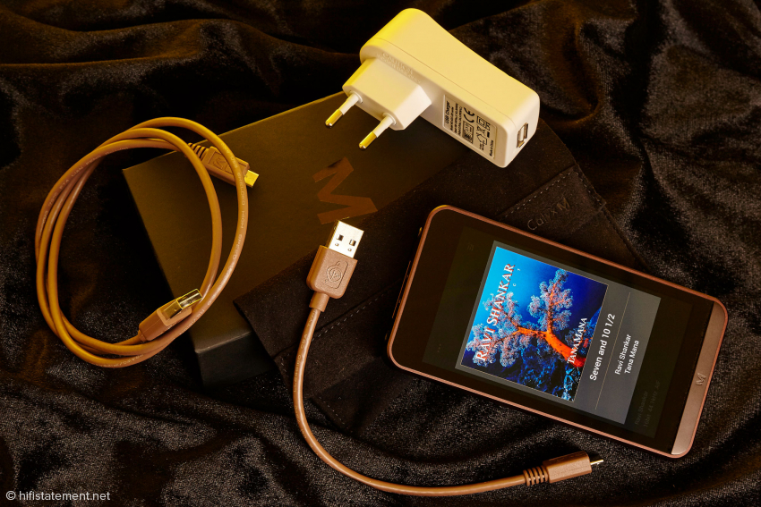 Im Karton: Der Calyx M Player kommt mit 2 Micro-USB Kabeln, Netzteil und Stofftasche