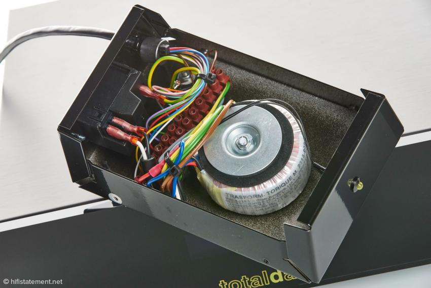 Der Server wird mit einem linearen Netzteil versorgt, der Transformator ist zur Verminderung von Einstreuungen ausgelagert