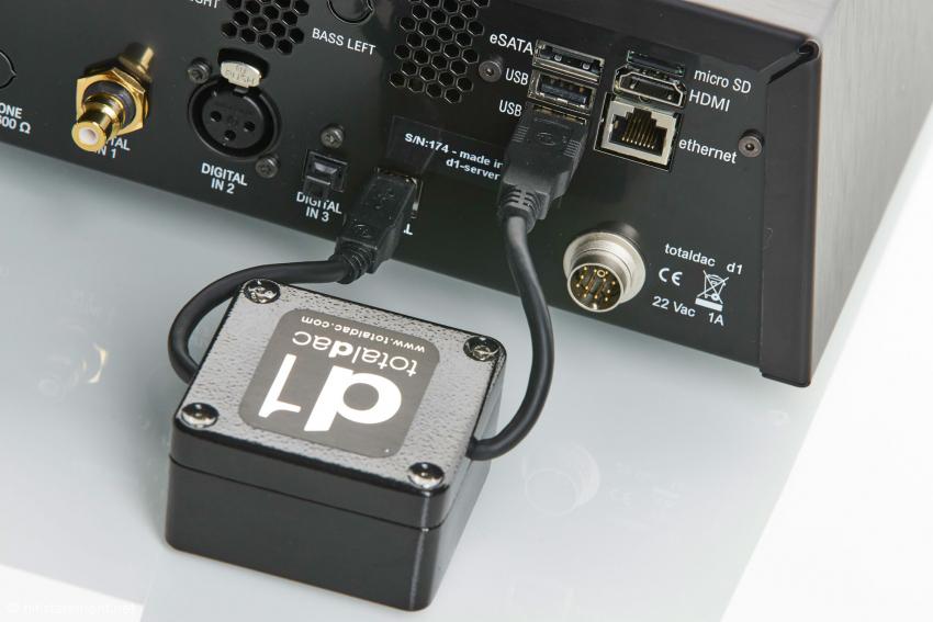 Der Cubox Minicomputer wird über eine USB-Leitung extern mit dem Reclocker verbunden. Hier empfiehlt sich das hauseigene USB Filterkabel, das sich auch schon an anderer Stelle bewährt hat. Natürlich funktioniert alles auch mit einem herkömmlichen CAT6 Kabel, aber es klingt damit etwas dünner