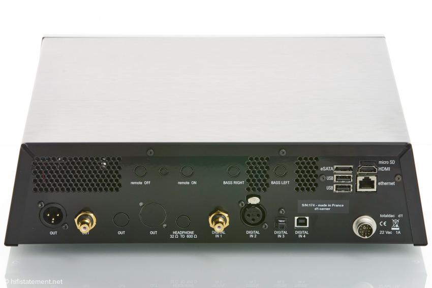 Die RCA und XLR Buchsen können täuschen, der D1-Server besitzt keine analogen Ausgänge. Anstelle der RCA Buchse kann auch die amtliche 75 Ohm BNC Buchse geordert werden