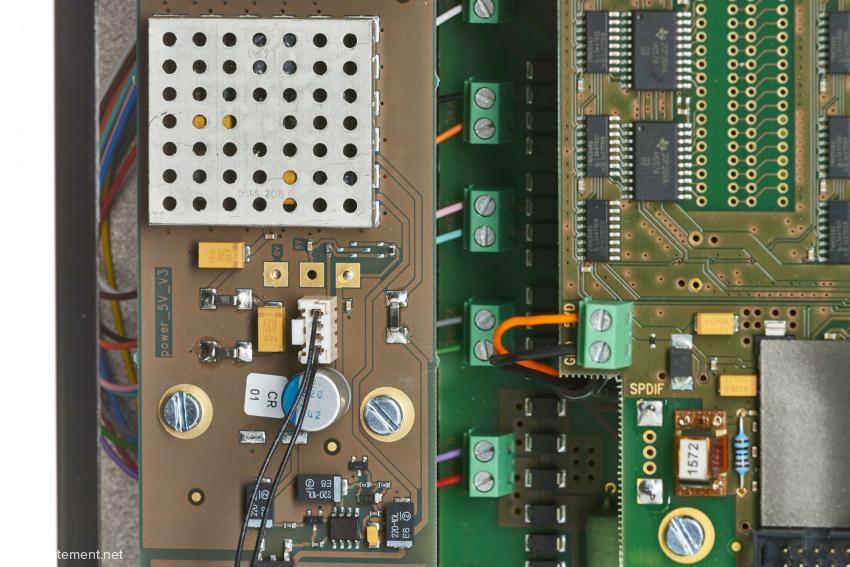 Links die geregelte 5-Volt-Stromversorgung für den Computer, die genauso viel Raum beansprucht, wie der Computer selbst. Ein großer Teil der ICs auf der rechten Seite wird nur für die Wandler benötigt