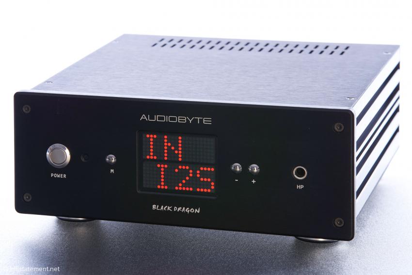 Der jeweilige Betriebszustand, Lautstärke und Quellenwahl werden über das große Display auf der Front unzweifelhaft präsentiert