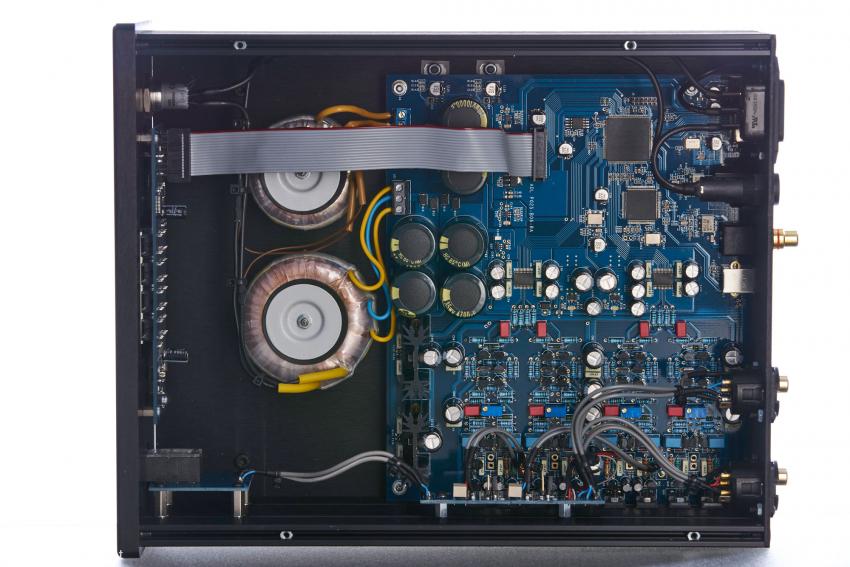 Strom satt für Linearnetzteile mit insgesamt elf Regel-ICs für Digital- und Analogsektion, 50.000 µF Siebkapazität reichen an sich auch für Verstärker