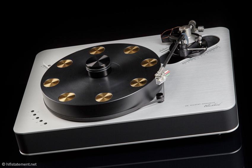 Der Blackbird ist ein optisch klar konzipierter und hervorragend verarbeiteter Plattenspieler. Nur für das Foto ist er hier mit einem Immedia Tonarm ausgestattet