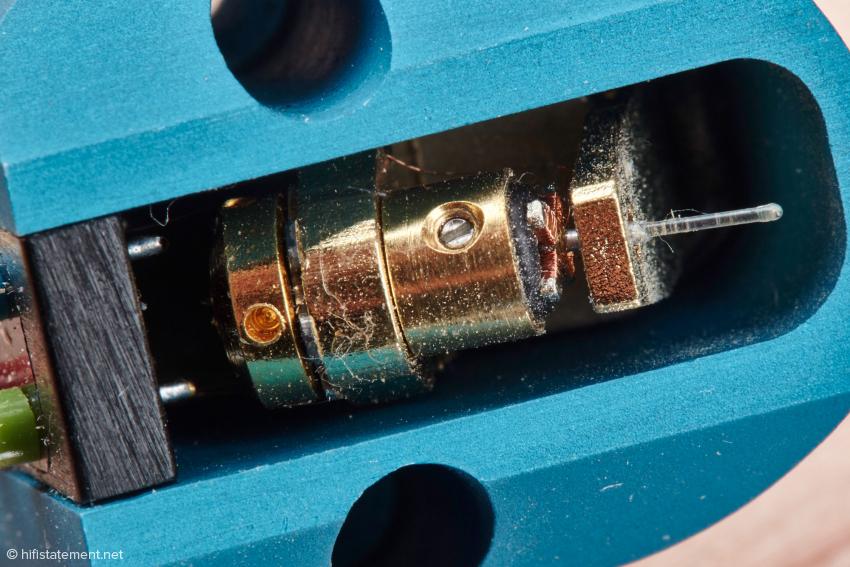 Auch wenn die Bauform des Generators noch so vertraut erscheinen mag, aus der Schweiz stammt er nicht. Auch beim MC-2 geben Charisma Audio respektive Audio Exklusiv nicht preis, wo das Schmuckstuck gefertigt wird