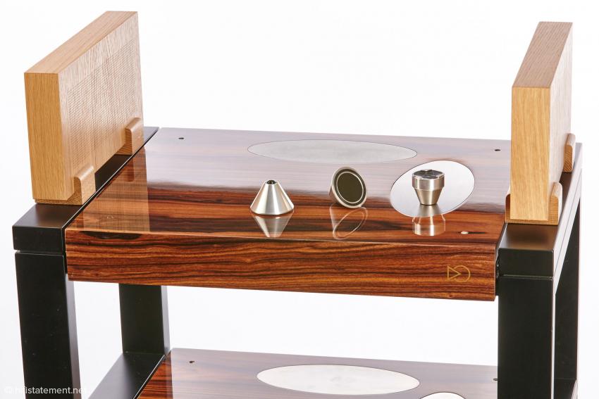 Über die ovalen Metalleinlassungen wird das Gerät an das akustische Labyrinth angekoppelt. Die Paneele an der Seite können natürlich in der gleichen Ausführung wie die Basen geliefert werden