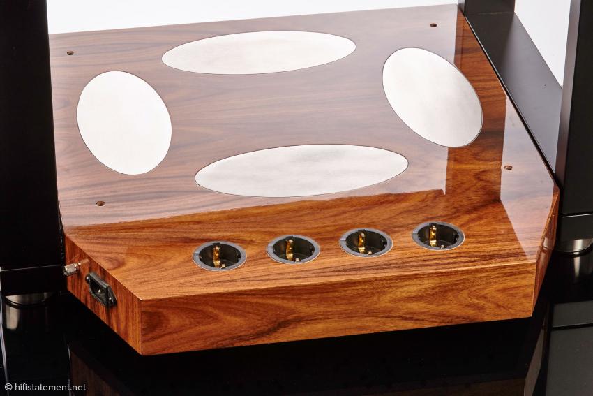 Als Basis kann auch eine Plattform mit eingebauten Steckdosen geordert werden.