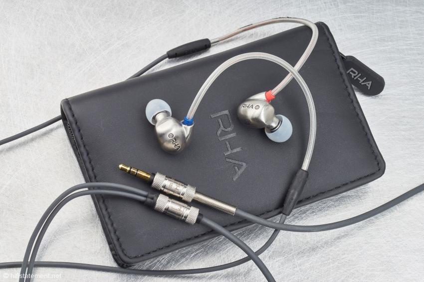 Der RHA T10 auf dem mitgelieferten Etui. Dem Klinkenstecker im Design angepasst ist die Kabel-Weiche ebenfalls aus Metall. Gut erkennbar ist auch der hautsympathische Überzug des flexiblen Ohrbügels