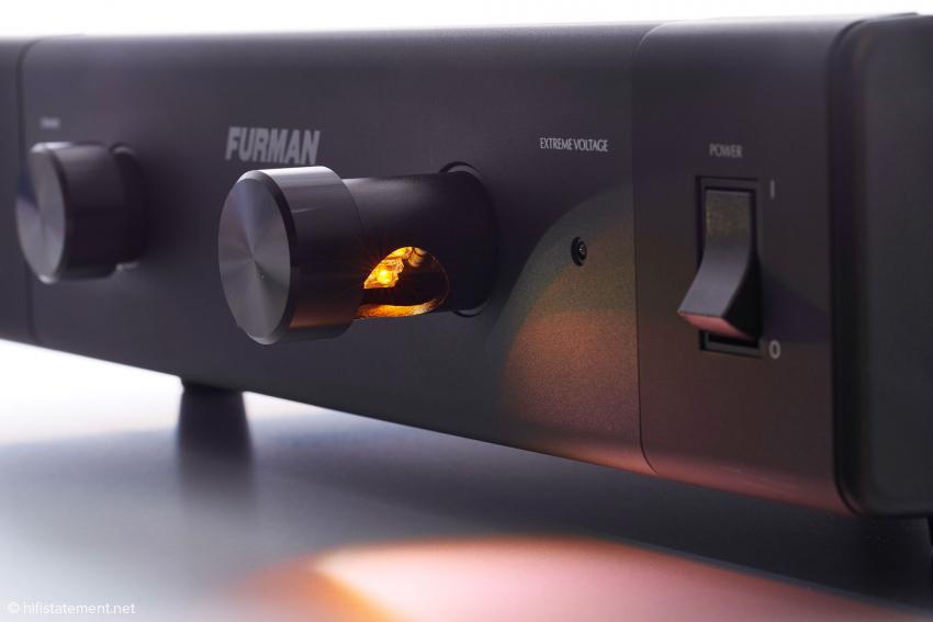 Ausziehbar und dimmbar, zwei Leuchten auf der Frontplatte als unverkennbares Markenzeichen