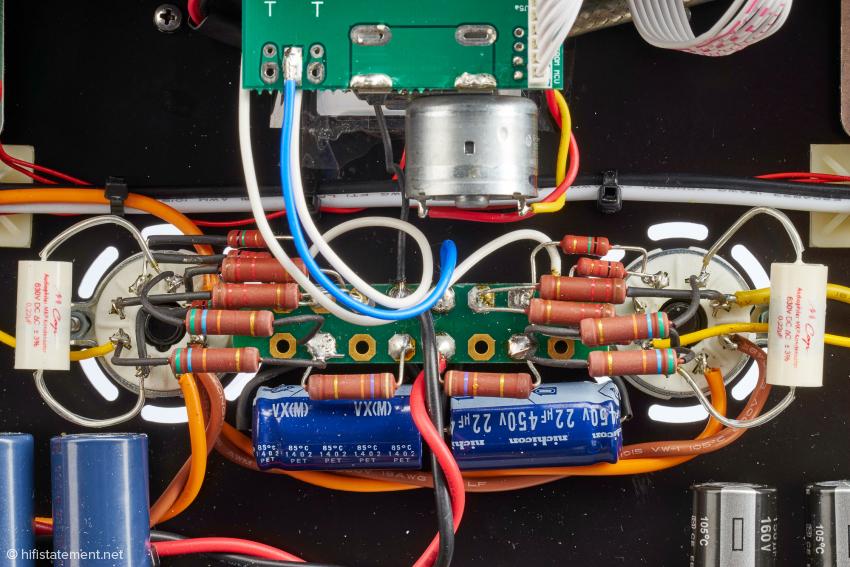 Um Ordnung in den Aufbau zu bekommen, werden die Widerstände über eine Hilfsplatine angelötet. Bei dem 0.22µ Kondensator dürfte es sich vom Wert her um den Koppelkondensator handeln. Das Alps-Potentiometer ist motorisiert, wie man oben im Bild leicht erkennen kann.