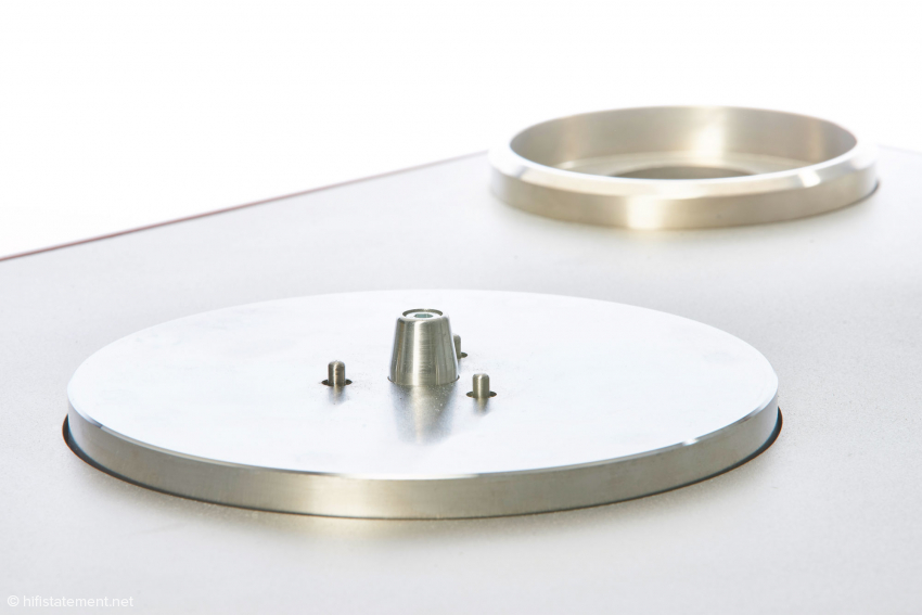 The sub-platter: Its axle has no contact with the platter spindle