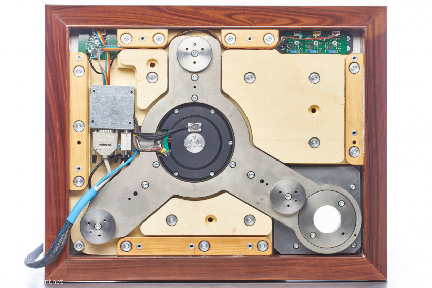 The turntable's underside: the three-armed core structure is manufactured from the same