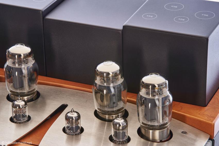 Die jeweiligen Röhren sind paarweise vermessen und beschriftet und sollten entsprechend der Beschriftung auf den Übertragerabdeckungen in den jeweiligen Sockeln versenkt werden