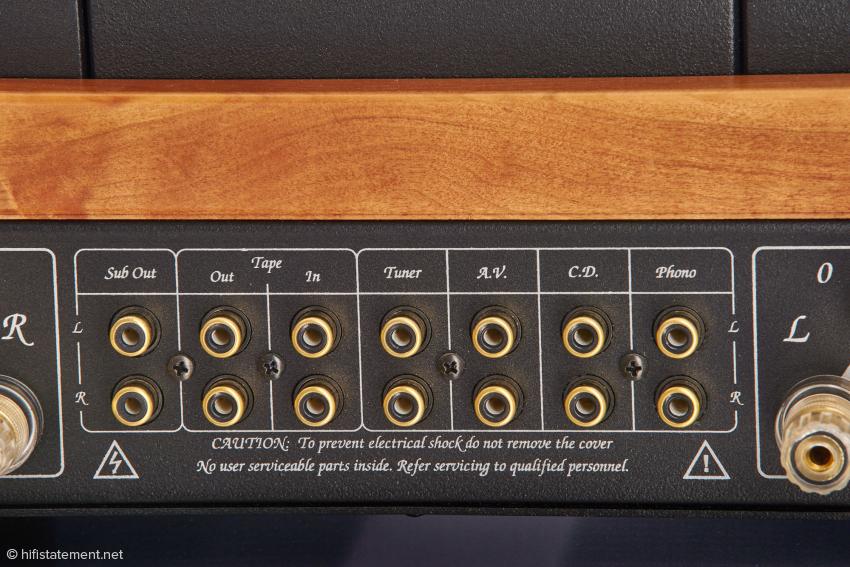 Ungewöhnliche Anschlussvielfalt: Neben der Tapeschleife, die besonders Besitzer von Tonbandgeräten erfreuen wird, gibt es sogar einen Subwooferausgang