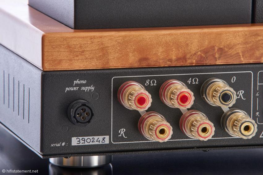 Über die Buchse ganz links kann ein hauseigener Phonovorverstärker mit Energie versorgt werden, die Lautsprecherausgänge sind jeweils doppelt ausgeführt, was Freunden des Bi-Wiring entgegen kommt