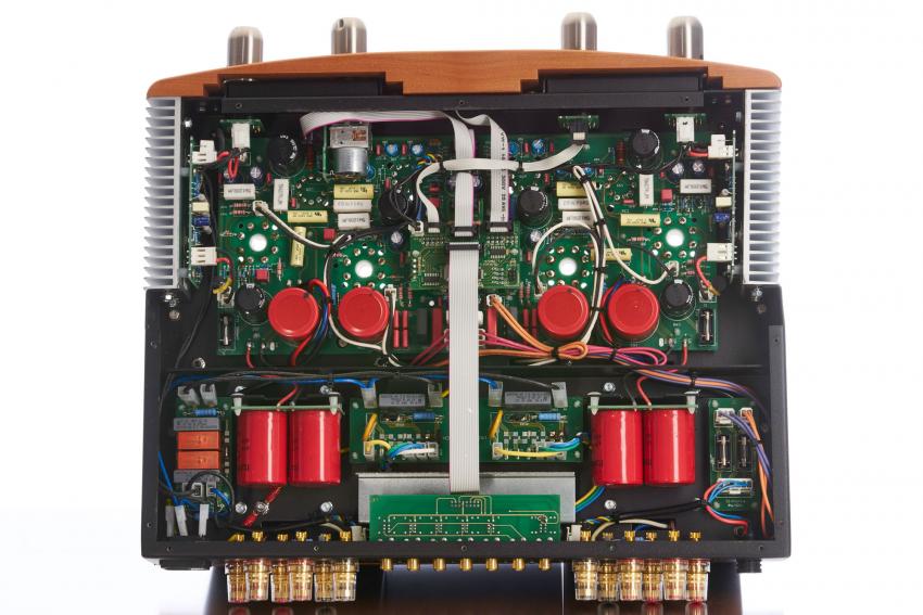 Platinen, Flachbandkabel statt Freiverdrahtung und Transistoren – der Innenaufbau des Sinfonia entspricht nicht unbedingt dem klassischen Dogma eines Röhrenverstärkers, was nach den gemachten Erfahrungen nur freudig begrüßt werden kann