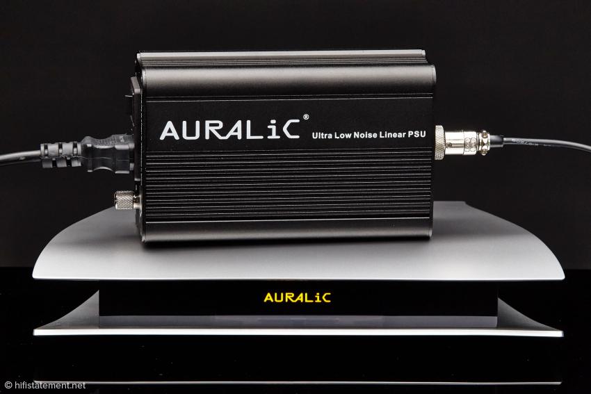 Zum Lieferumfang des Auralic Aries gehört dieses solide Netzteil. Entscheidet man sich für den preisgünstigeren Aries LE erhält man ein einfaches Steckernetzteil. Leider verfügt der LE nicht über die Femto-Clock