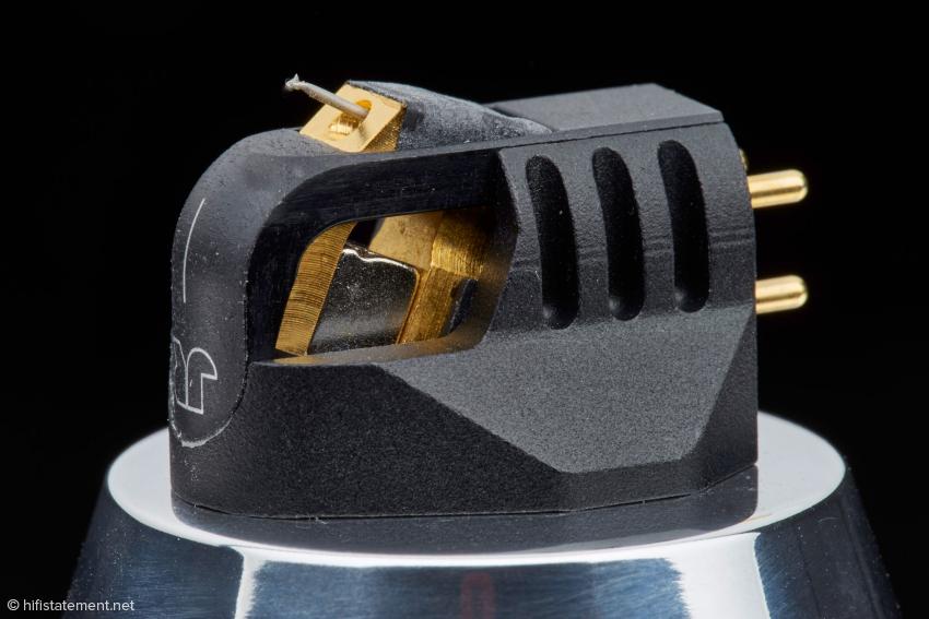 Das Magnesium-Gehäuse ist aus klanglichen Gründen nicht völlig geschlossen, schützt den Generator aber rundum