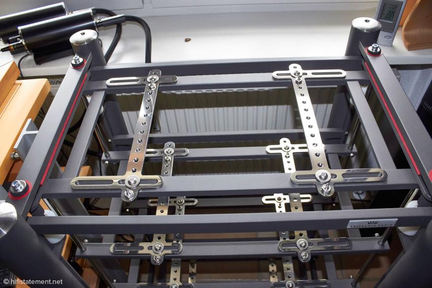 Hier sind noch die roten Transportsicherungen montiert. Sobald sie entfernt werden, ruht die sogenannte Innere Struktur auf Spikes, die über die weißen Teflon-Zylinder vom äußeren Rahmen entkoppelt sind