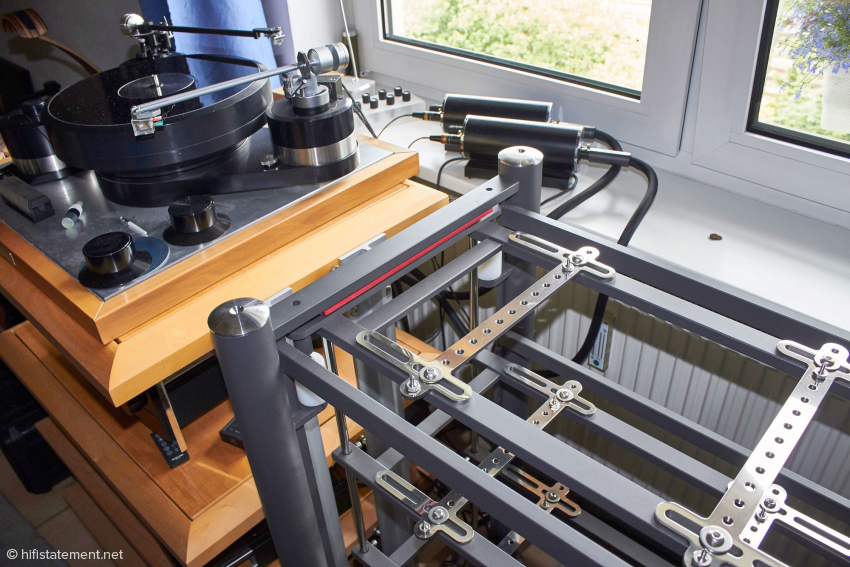 Mit vier Ebenen ist das Artesania-Rack ähnlich hoch wie das Pagode. Die symmetrischen Einstein-Phonoentzerrer stehen auf der Fensterbank, da sie sich – egal in welchem Rack – ansonsten einen leichten Brumm vom weit entfernten Plattenspieler-Netzteil einfangen