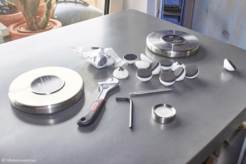 Alles benötigte Werkzug und auch vier Gewichte zur Bedämpfung von Gehäusen packt Artesania einem Rack bei