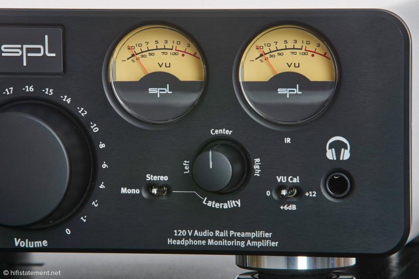 """Die mit dem """"VU Cal""""-Schalter in der Empfindlichkeit umschaltbaren Pegelanzeigen leuchten beim Empfang in Infrarotsignalen einer verbundenen Fernbedienung kurz rot auf"""