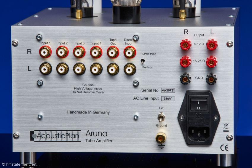 Neben vier Eingängen gibt es einen Tape-Ausgang, einen Ground-Lift Schalter, eine separate Erdungsklemme und Trafoanschlüsse für hochohmige, historische Lautsprecher. Der Hersteller hat an alles gedacht