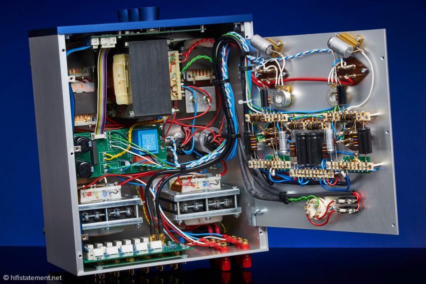 Die Verarbeitung des Gerätes ist mustergültig, hier ist ein Perfektionist am Werk! Eingesetzt werden an den entscheidenden Stellen Kohlemassewiderstände oder Kohlefilmwiderstände, die Kondensatoren sind entweder Ölpapier- oder Zinnfolien- Typen. Die Mechanik wird komplett im Ländle hergestellt. Das Netzteil hat eine aufwändige CLCLC-Siebung für die Anodenspannung spendiert bekommen