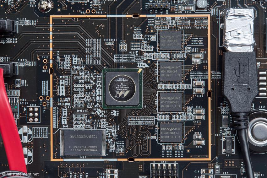 Das Herz des N1A: In der Mitte der Armada 370 Kombiprozessor, der große Chip links enthält die System Software, die 4 Chips rechts bilden den 2 GB Hauptspeicher