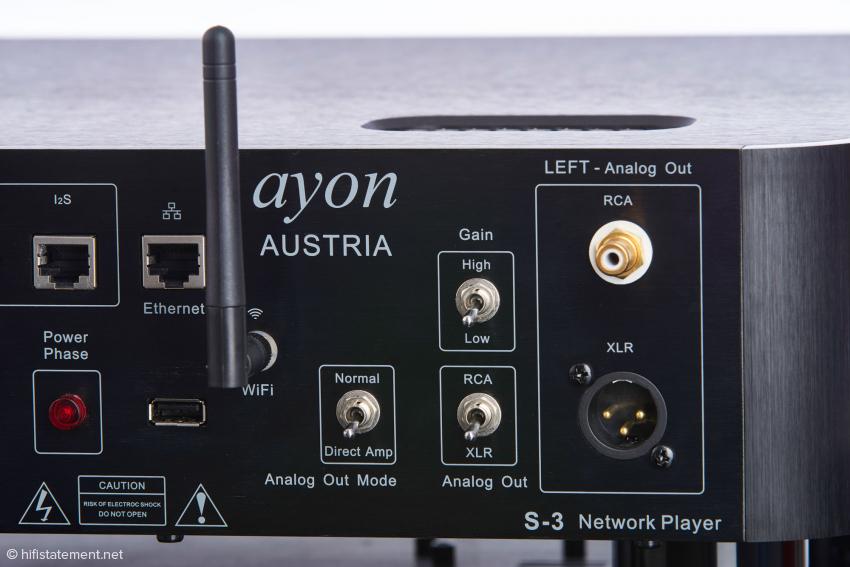Links der Phasenanzeiger für die richtige Polung des Netzkabels, daneben die Antenne für die drahtlose Verbindung ins Netzwerk