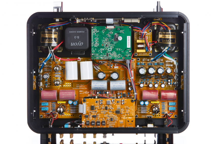Unten links und rechts außen die R-Core Transformatoren, daneben die gewaltige Siebspule, dazwischen das Streaming-Modul. Die mittlere Platine oben enthält die digitale Eingangs-Sektion, darunter teilweise verdeckt Digital-Analog-Wandlung und Lautstärkeregelung. Oben links und rechts außen die Röhrenausgangsstufe