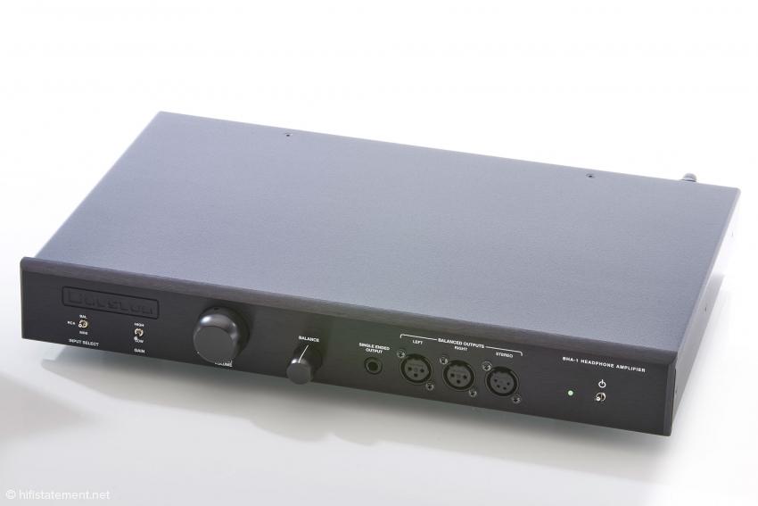 Zum Test kam der BHA-1 in der Heimversion mit einer Breite von 43 Zentimetern. Er ist auch in einer Profivariante mit 48 Zentimetern für den Rack-Einbau zum selben Preis lieferbar